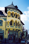 Albania / Shqiperia - Kor�� / Kor�a / Korce: yellow elegance - architecture - balconies with arches - photo by M.Torres