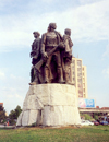 Albania / Shqiperia - Shkoder / Skadar / Scutari / Shkodra: brothers in arms - Five Heroes square - Gheg region - photo by M.Torres