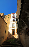Algiers / Alger - Algeria: narrow alley with stairs and balcony supported by wooden brackets - Kasbah of Algiers - UNESCO World Heritage Site | ruelle étroite avec escaliers et oriel sur corbeaux de bois - Casbah d'Alger - Patrimoine mondial de l'UNESCO - photo by M.Torres