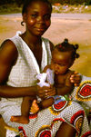 Angola - Luanda - Benfica market - woman with toddler - Mercado de Benfica - m�e e filha - images of Africa by F.Rigaud