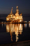 Caspian sea: Deep Water Guneshli Platform - Azeri-Chirag-Guneshli (ACG) oil field - nocturnal - photo by J.Fitzpatrick