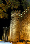 Baku, Azerbaijan: wall of the old city - UNESCO world heritage - nocturnal - photo by N.Mahmudova