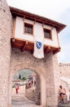 Bosnia-Herzegovina - Mostar: gate at the bridge entrance (photo by M.Torres)