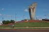 Brazil / Brasil - Dourados: stretched arms - Avenida Marcelino Pires - rotunda - round-about (photo by Marta Alves)