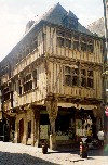 Brittany / Bretagne - Dinan (Côtes-d'Armor): medieval building with wooden structure (photo by Aurora Baptista)
