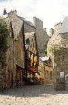 Brittany / Bretagne - Dinan (Côtes-d'Armor):  going down to the river - medieval houses - Rue du Jerzval (photo by Aurora Baptista)