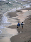 Sozopol: couple walking on the beach (photo by J.Kaman)