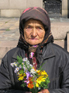 Bulgaria - Sofia: old lady selling flowers (photo by J.Kaman)