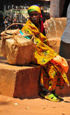 Gitega / Kitega, Burundi: woman with her basket - photo by M.Torres