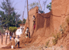 N'Gaoundéré, Cameroon: building a mud wall - African engineering - photo by B.Cloutier
