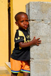 Palmeira, Sal island / Ilha do Sal - Cape Verde / Cabo Verde: a child at the harbour - photo by E.Petitalot
