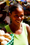Praia, Santiago island / Ilha de Santiago - Cape Verde / Cabo Verde: girl in the market - potatoes - photo by E.Petitalot