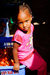 Praia, Santiago island / Ilha de Santiago - Cape Verde / Cabo Verde: small girl in the Praia market - photo by E.Petitalot