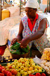 Praia, Santiago island / Ilha de Santiago - Cape Verde / Cabo Verde: woman in the market - weighting peppers - photo by E.Petitalot