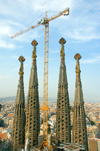 Barcelona, Catalonia: still building Antoni Gaudí's Temple Expiatori de la Sagrada Familia - crane - photo by B.Henry