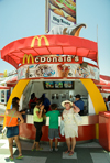 Chile - Arica: McDonald's burger kiosk - comida r�pida - hamburguesas McDonald's - photo by D.Smith