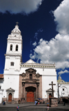Quito, Ecuador: colonial fa�ade and stone cross of the Iglesia de Santo Domingo - XVI century - architect Francisco Becerra - Dominican Church - Plaza Santo Domingo - photo by M.Torres