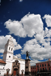 Quito, Ecuador: statue of Mariscal Sucre and Iglesia de Santo Domingo - Dominican Church - Plaza Santo Domingo, regular venue for concerts and festivals - photo by M.Torres
