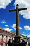 Quito, Ecuador: Plaza de la Merced - stone cross in front of Iglesia de La Merced - view along Calle Cuenca - photo by M.Torres