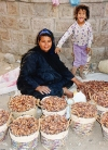 Egypt - Karnak: date seller and her daughter (photo by J.Kaman)