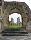 England - Glastonbury Abbey (Somerset): arch (photo by Kevin White)