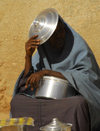 Eritrea - Senafe, Southern region: sun screen - woman with a pan cover - photo by E.Petitalot