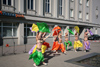 Estonia - Parnu: street dancers in front of Hansa Pank - festival - photo by A.Dnieprowsky