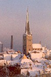 Estonia - Tallinn: Old Town and St. Olav's church / St. Olaf / Tallinna vanalinn ja Oleviste kirik - Gothic church named after the Norwegian king Olav II Haraldsson - Eesti Evangeeliumi Kristlaste ja Baptistide Liit - snow covered roofs  - old town - Unesco World Heritage (photo by M.Torres)