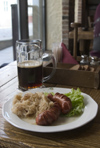 Estonia - Tallinn: sausages, sauerkraut and beer - foos and drink - restaurant - a Baltic meal - Estonian cuisine - chucroute, salsicha e cerveja - Wurst mit Sauerkraut und Beer - choucroute (photo by C.Schmidt)