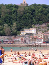 Basque Country / Pais Vasco / Euskadi - Donostia / San Sebastian: bathers at La Concha beach - photo by R.Wallace