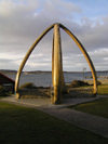 Falkland islands / Islas Malvinas - East Falkland: Stanley / Puerto Argentino - whale bones and the sea - photo by Captain Peter