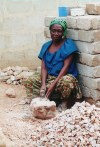 Africa - Ghana / Gana - Gomoa Fetteh: woman breaking rocks (photo by Gallen Frysinger)