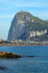 Gibraltar: beach and marina of La Línea de la Concepción and the north face of the Rock of Gibraltar - Algeciras bay - photo by M.Torres