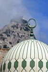 Gibraltar: white and green dome of the Sunni Mosque of The Custodian of the The Two Holy Mosques, aka Ibrahim-al-Ibrahim Mosque - Europa Point - peak with artillery battery in the background - photo by M.Torres