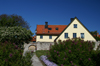 Gotland - Visby: house and wall outside Almedalen - photo by A.Ferrari