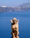 Greek islands - Santorini / Thira: Ia - statue over the sea - photo by R.Wallace