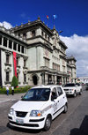 Ciudad de Guatemala / Guatemala city: taxi and National Palace of Culture - Plaza Mayor, 6a Calle - photo by M.Torres