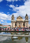 Ciudad de Guatemala / Guatemala city: Metropolitan Cathedral, fountain of Parque Central and the weekend crowds - Catedral metropolitana - Plaza Mayor - photo by M.Torres