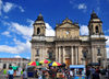 Ciudad de Guatemala / Guatemala city: street vendors in front of the Metropolitan Cathedral - Parque Central - Catedral metropolitana - Plaza Mayor - photo by M.Torres