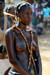 Bissau, Guinea Bissau / Guiné Bissau: young woman with skin covered in oil - Carnival parade - 3 de Agosto Avenue / Avenida do 3 de Agosto, Carnaval, desfile, mulher - photo by R.V.Lopes