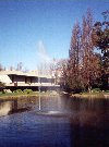 Lisbon: Gulbenkian foundation - by the pond / jacto de agua e lago - photo by M.Durruti