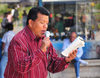 Tegucigalpa, Honduras: Parque Central - Plaza Moraz�n - preacher reading from the Bible - photo by M.Torres