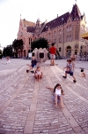 Hungary / Ungarn / Magyarország - Kecskemet (Bacs Kiskun province): Children playing by the Town Hall (photo by J.Kaman)