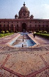 India - New Delhi: Government building (photo by Francisca Rigaud)