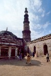 India - Delhi: under the Qutab minar - UNESCO world heritage (photo by Francisca Rigaud)