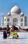 India - Agra (Uttar Pradesh) / AGR : Agra: young ladies at the Taj Mahal - Unesco world heritage (photo by Francisca Rigaud)