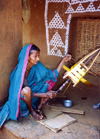 India - Nuapatna (Orissa): woman winding silk - photo by G.Frysinger