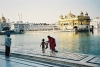 India - Amritsar (Punjab): the Golden temple - by the pond (photo by J.Kaman)