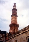 India - Delhi: the fluted sandstone Qutab Minar / minaret - 72.5 m high - built by Qutb ud Din - UNESCO world heritage  - world's tallest brick minaret (photo by Miguel Torres)