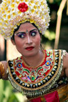 Indonesia - Pulau Bali: dancer with flower hat (photo by R.Eime)